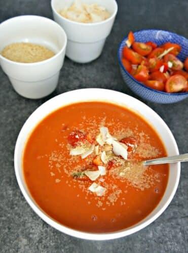 Cremet tomatsuppe - Opskrift på cremet tomatsuppe med kokosmælk