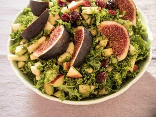 Grønkålssalat med æbler og figner - Opskrift på lækker salat med grønkål