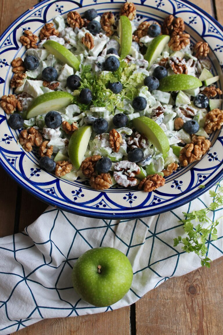 Sund waldorfsalat - Opskrift på waldorfsalat med selleri og krydderurter