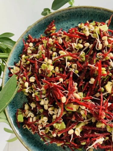 Rødbedesalat - Opskrift på salat med rødbede, avocado og babyspirer