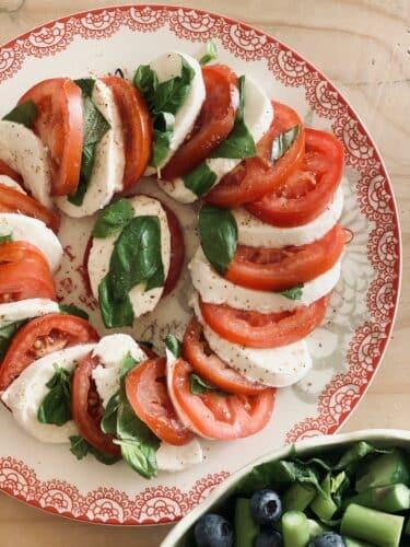 Tomatsalat med mozzarella og basilikum - Opskrift på salat med tomater